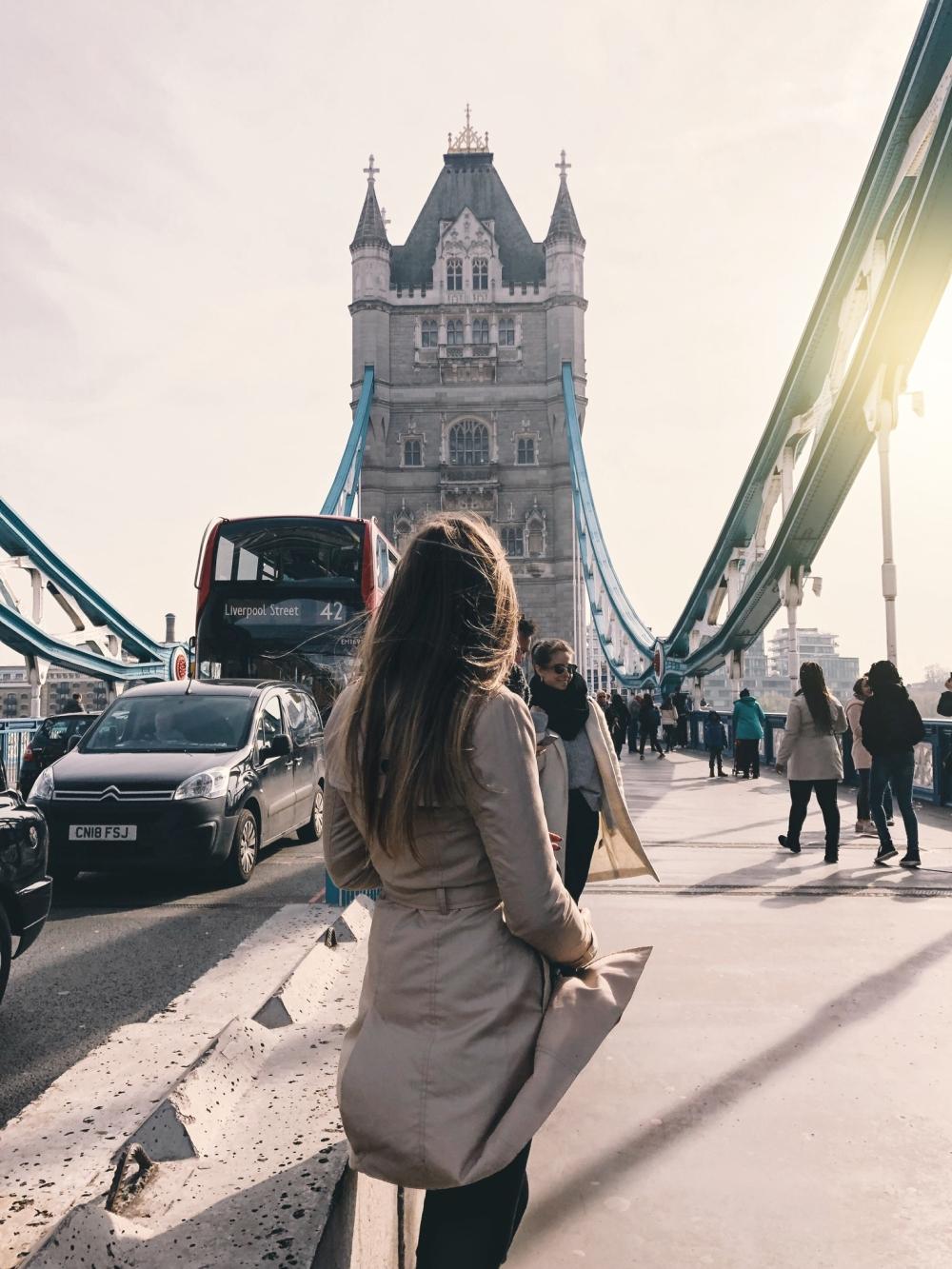 Ragazza passeggia sul Tower Bridge di Londra